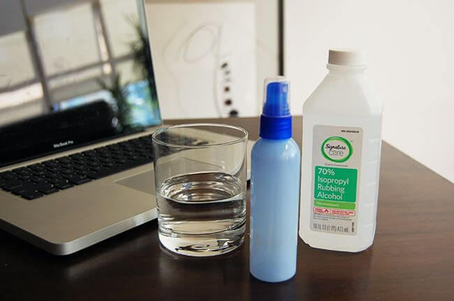 How to clean the keyboard and laptop screen with water